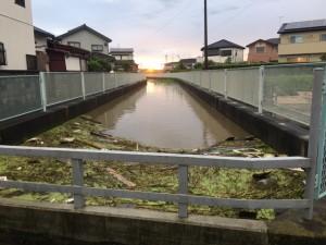 川があふれそう。 でも夕日が綺麗です